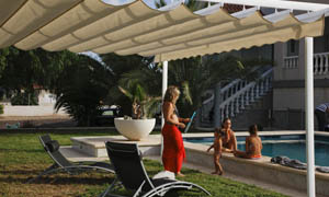 Pergola retractabila VENUS MCA in curte cu piscina 1