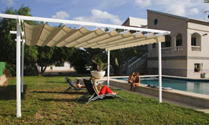 Pergola retractabila VENUS MCA in curte cu piscina 2