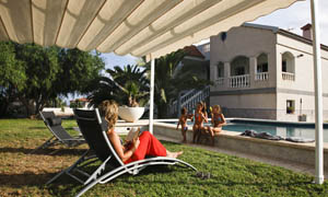 Pergola retractabila VENUS MCA in curte cu piscina 3