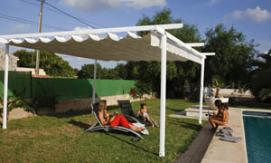 Pergola retractabila VENUS MCA in curte cu piscina 4