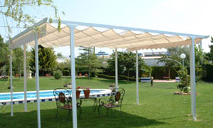 Pergola retractabila VENUS MCA in curte cu piscina 5